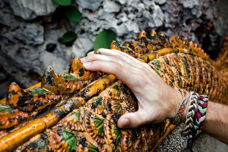 在细长立柱的Man's手在佛教寺庙 库存照片