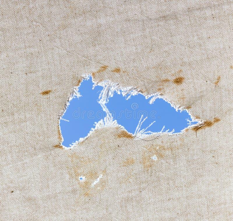 在织品的一个孔老反对蓝天 免版税库存图片