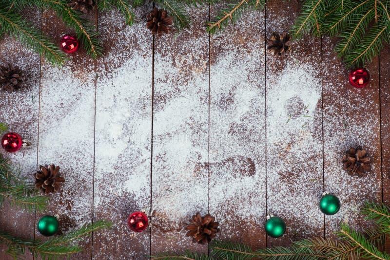 在织地不很细木背景的圣诞节装饰 免版税库存照片