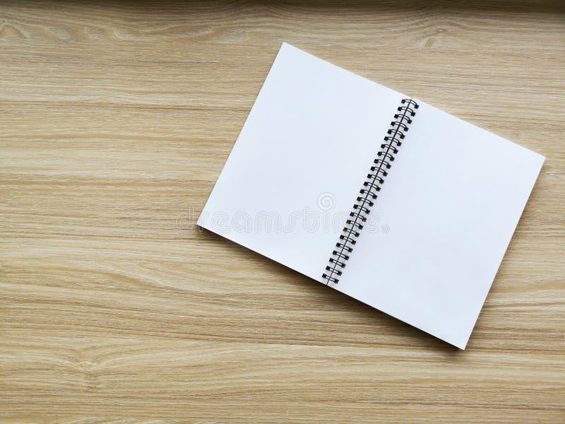 在织地不很细木背景的照片空白的书套 免版税库存照片