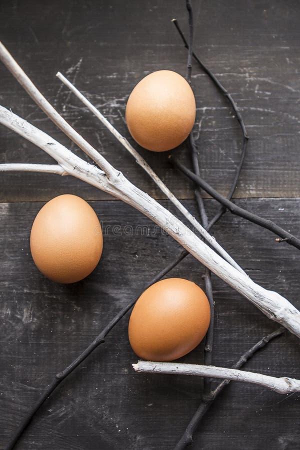 在织地不很细背景的春天鸡蛋 免版税库存图片