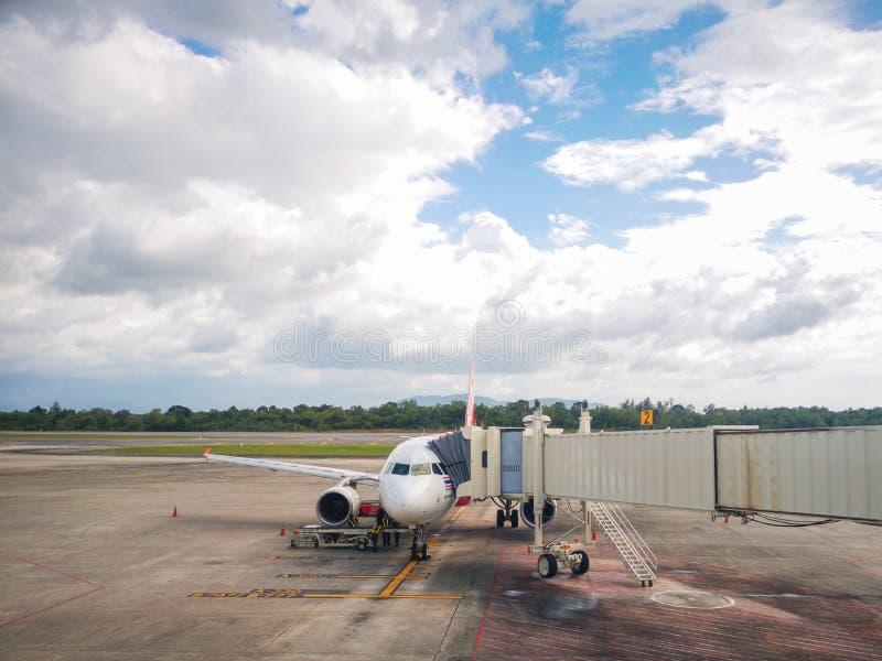 在终端门准备好起飞,合艾机场在泰国,亚洲航空的飞机 库存照片