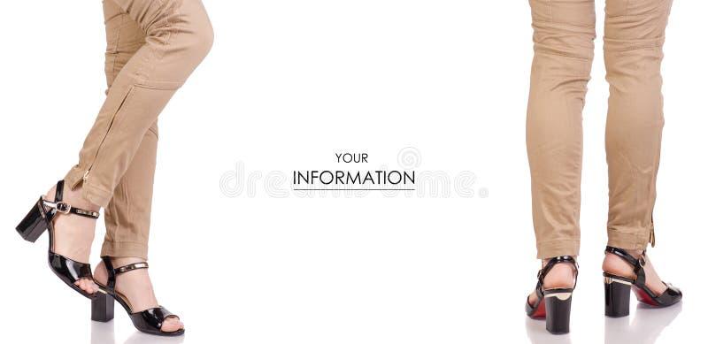 在经典之作裤子黑亮漆鞋子经典样式时尚美容院购买集合样式的女性腿 免版税库存图片