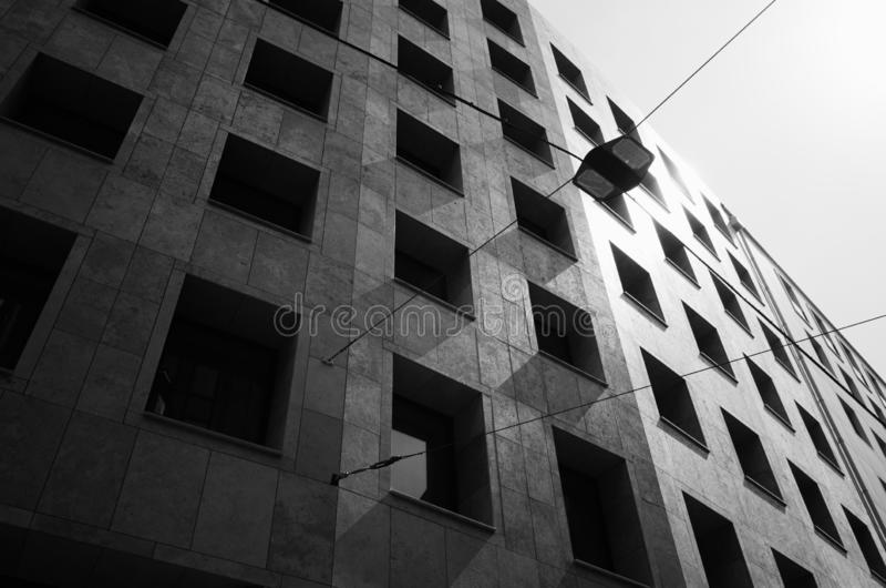 在经典样式的坚实现代大厦在黑白 库存照片