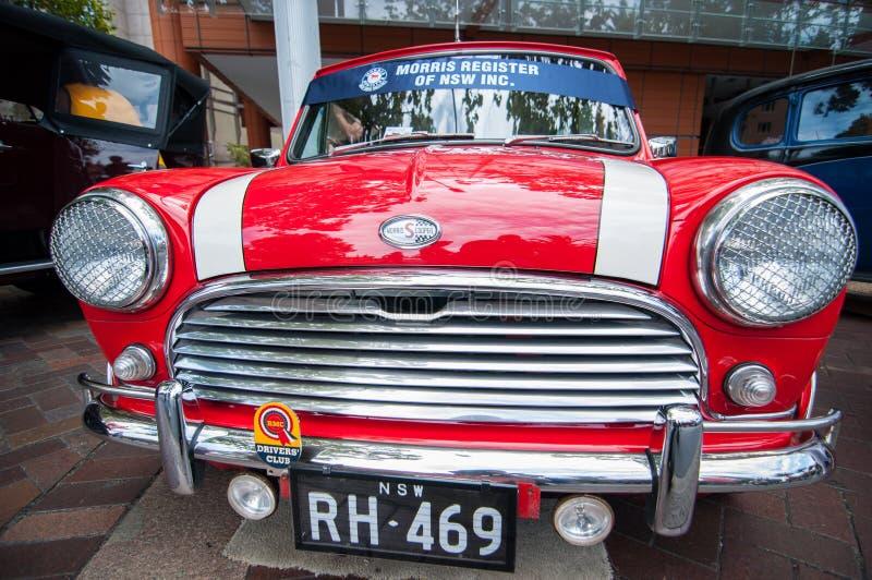 在经典汽车展示会的葡萄酒红色微型莫妮斯汽车在澳大利亚天 库存图片