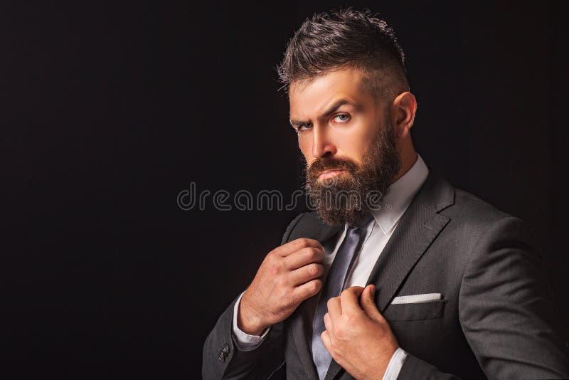 在经典衣服打扮的富有的有胡子的人 高雅便服 时尚衣服 豪华人的衣物 诉讼的人 免版税库存图片