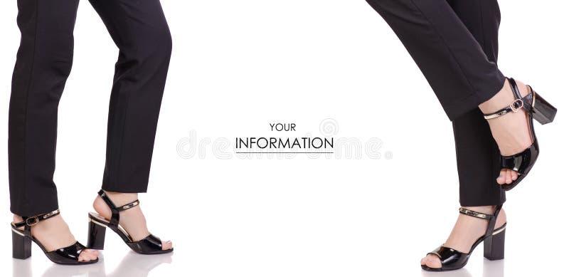 在经典黑色裤子黑亮漆鞋子经典样式时尚美容院购买集合样式的女性腿 免版税库存照片