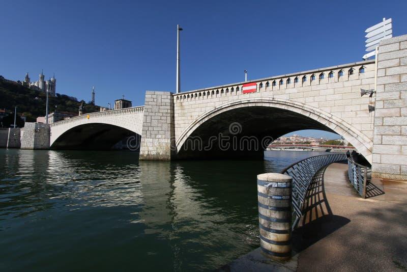 在结构之下的桥梁步行者 库存照片