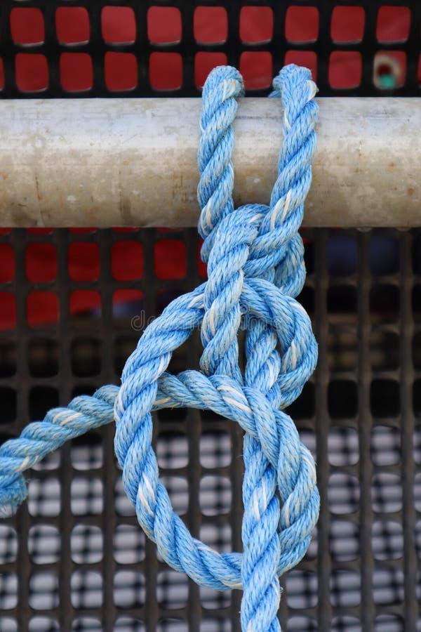 在结的蓝色船舶划船绳索 免版税库存图片