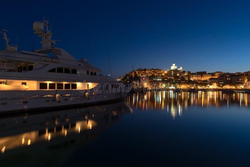 在统治权的豪华游艇在晚上怀有 库存照片