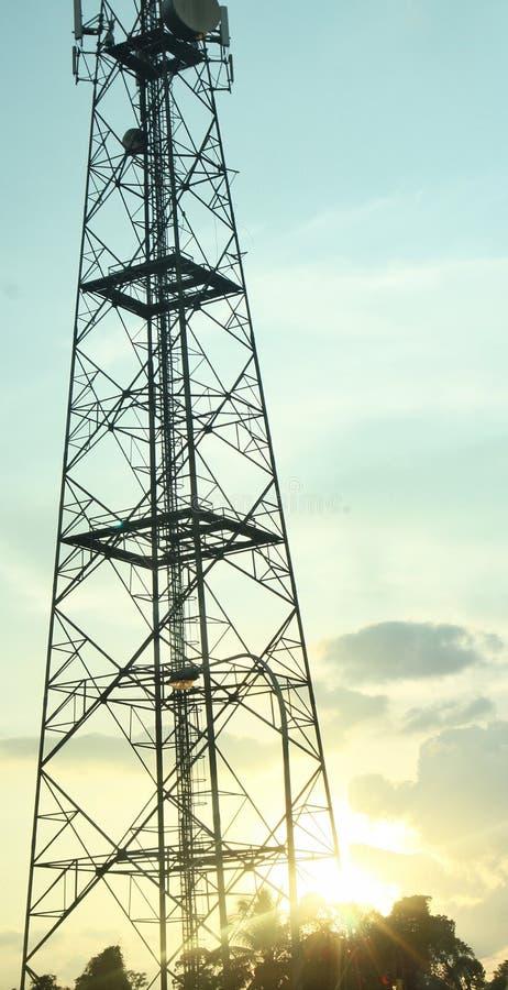 在绯红色日落的电信塔 库存照片