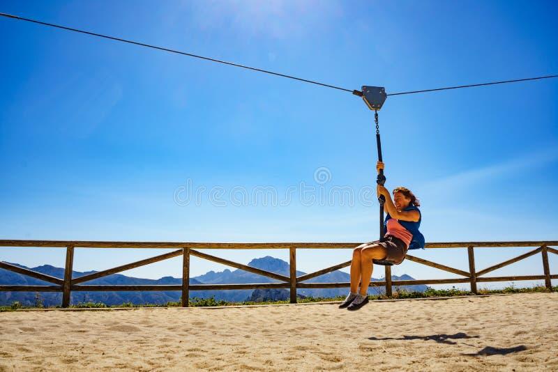 在绳上玩乐的成年妇女 免版税库存照片
