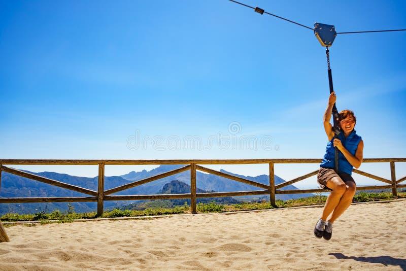 在绳上玩乐的成年妇女 免版税库存图片