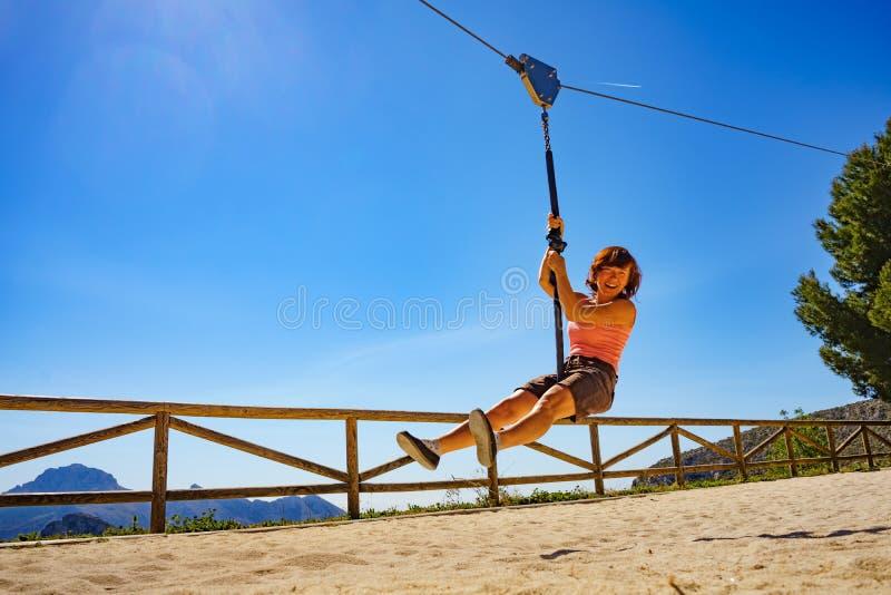 在绳上玩乐的成年妇女 免版税图库摄影