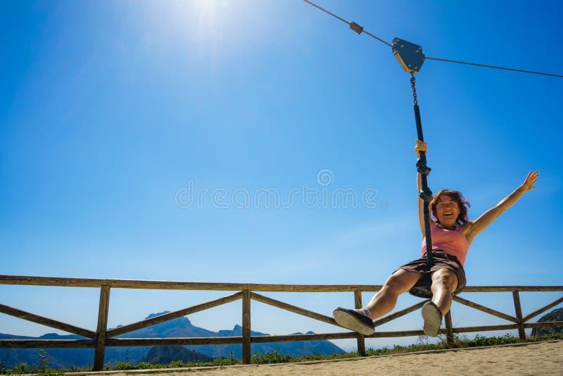 在绳上玩乐的成年妇女 库存照片
