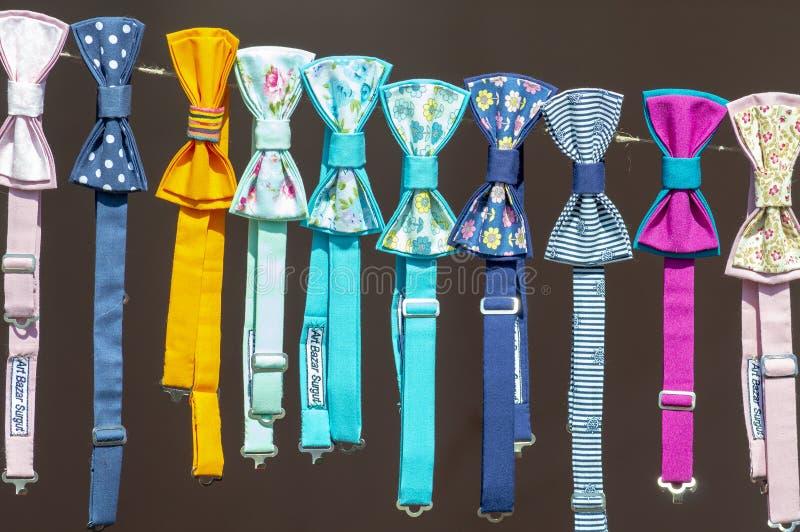 在绳索的多彩多姿的蝴蝶领带是不同的 o 库存图片