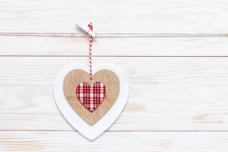 在绳索的木五颜六色的心脏 情人节、婚礼、订婚和其他浪漫事件的概念 顶视图,特写镜头, 库存照片