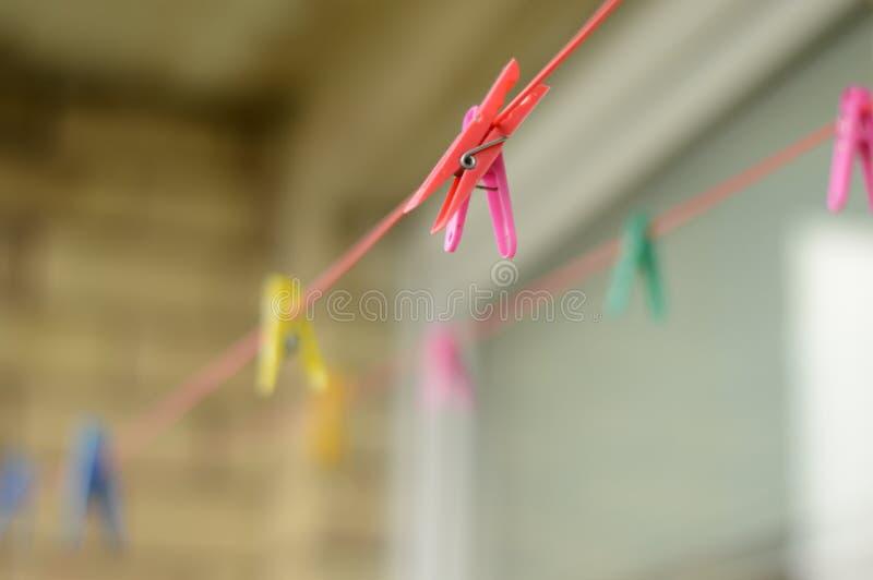 在绳索的洗衣店别针在阳台上 库存图片