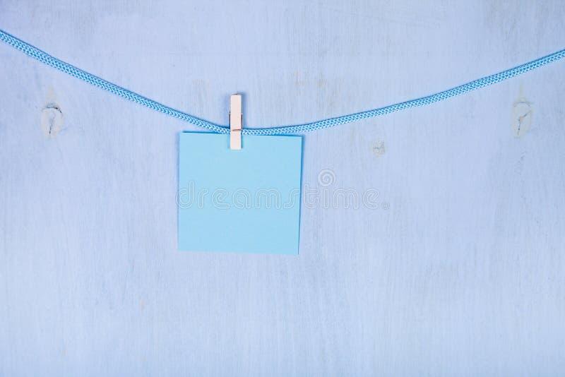 在绳索的纸吊 库存照片