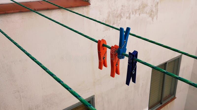 在绳索的色的晒衣夹 库存照片