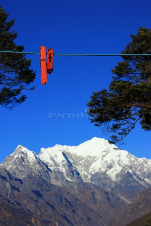 在绳索的Clothepin有山背景 库存照片