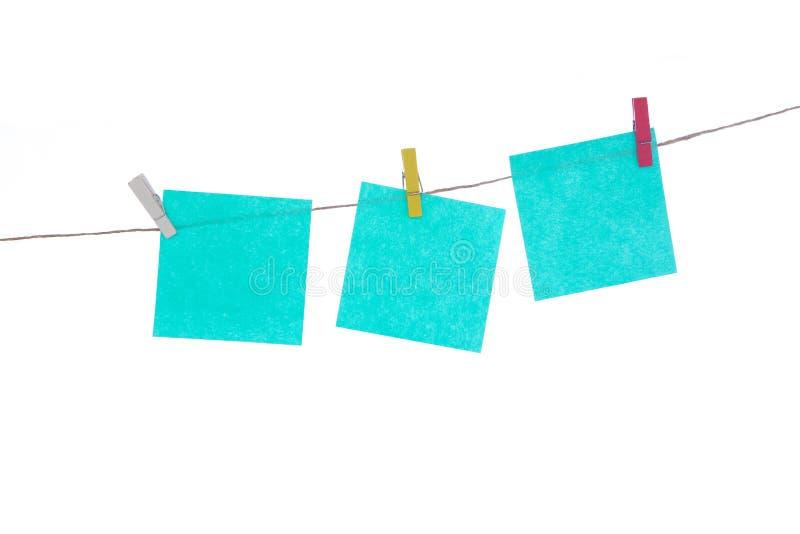 在绳索,白色背景的多彩多姿的贴纸 为您的题字安置 库存图片