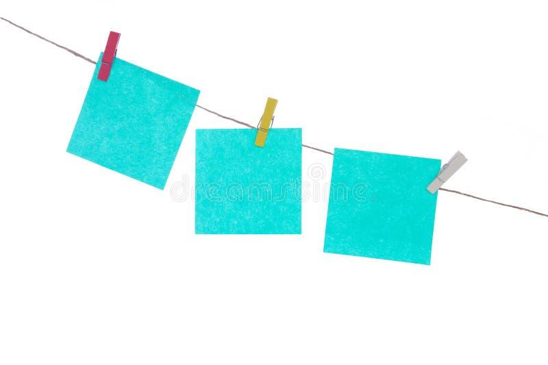 在绳索,白色被隔绝的背景的多彩多姿的贴纸 为您的题字安置 免版税库存照片