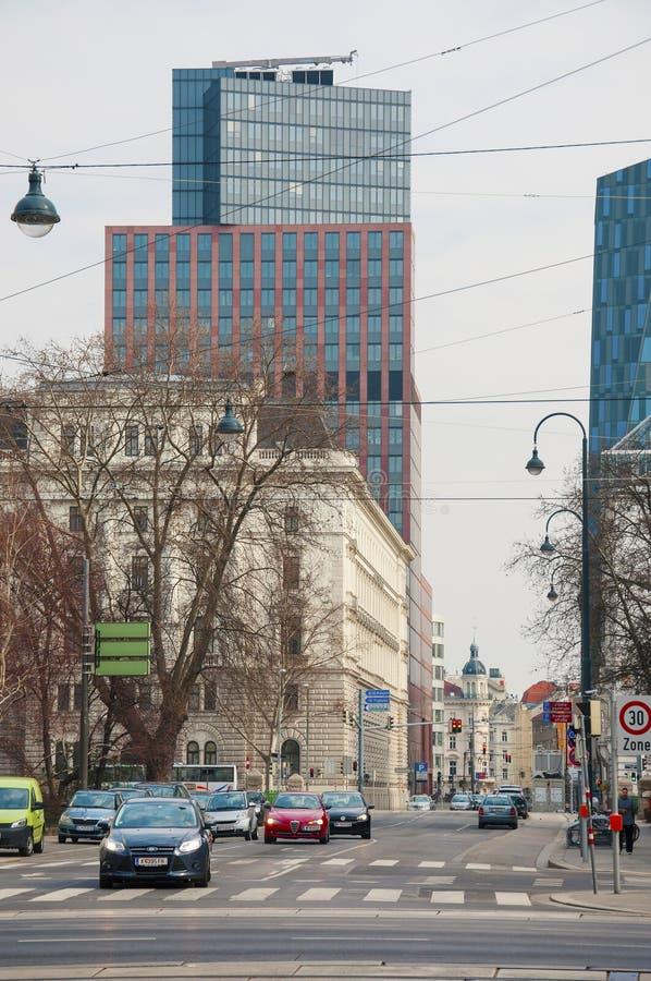 在维也纳市街道上的老和现代建筑学  免版税库存照片