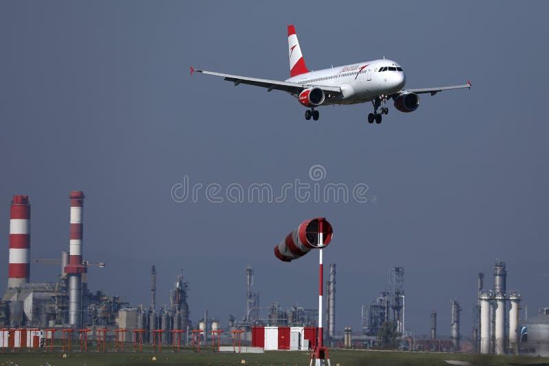 在维也纳机场的奥航平面着陆,竞争 库存照片