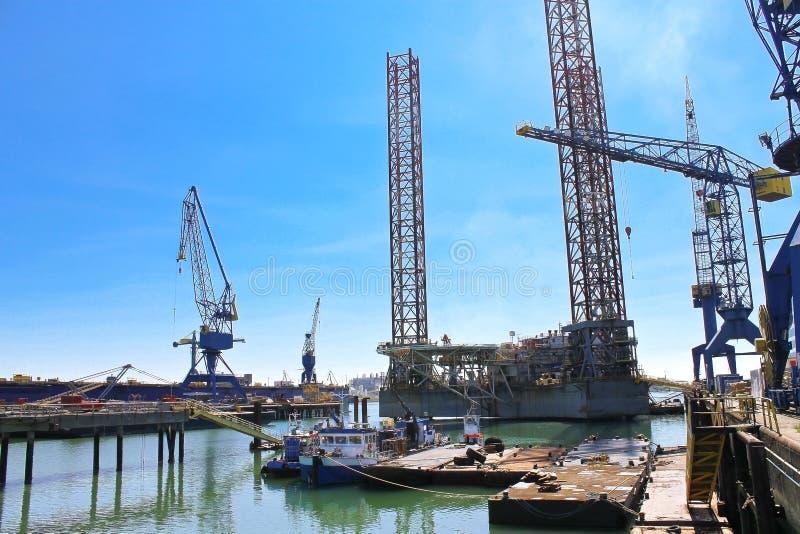 在维修服务的海上钻井平台 免版税库存照片