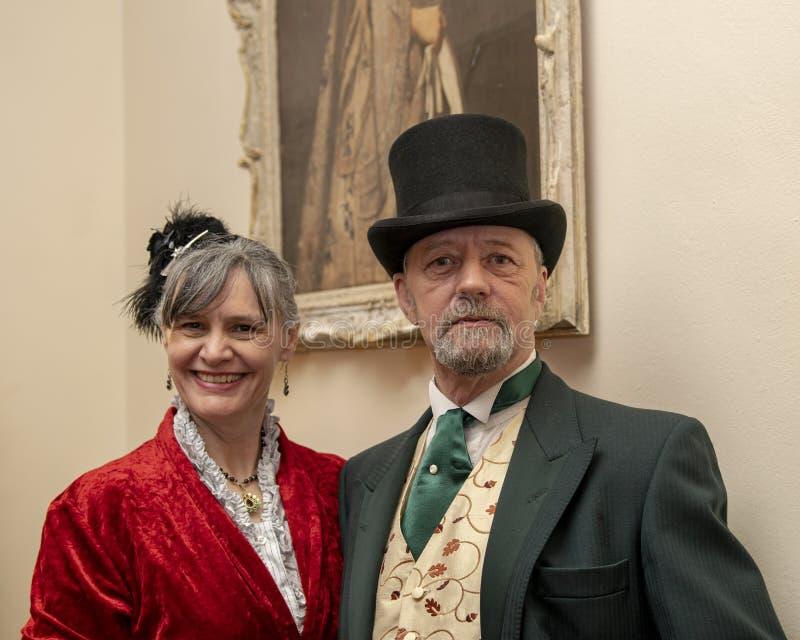 在维多利亚女王时代的服装的一件夫妇礼服 免版税库存图片
