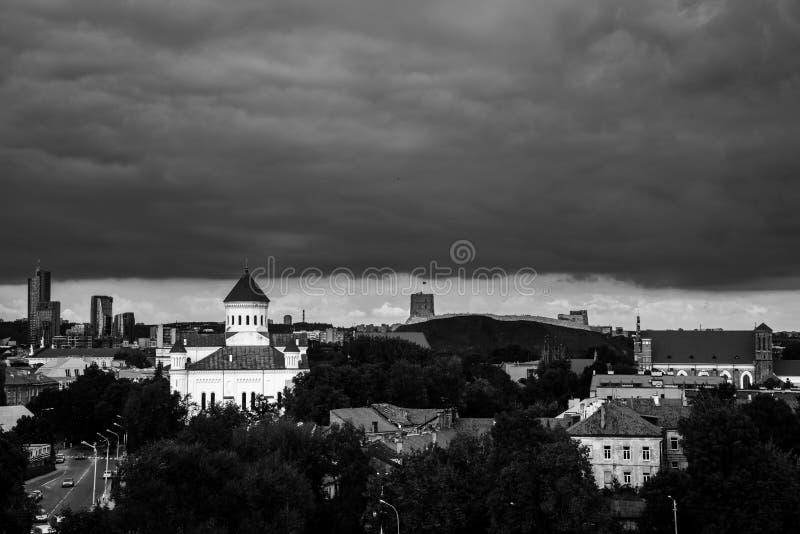在维尔纽斯,立陶宛的重的黑暗的云彩 库存图片