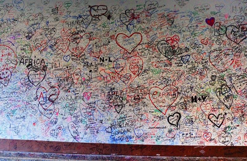 在维罗纳意大利爱Giulietta房子墙壁  库存照片
