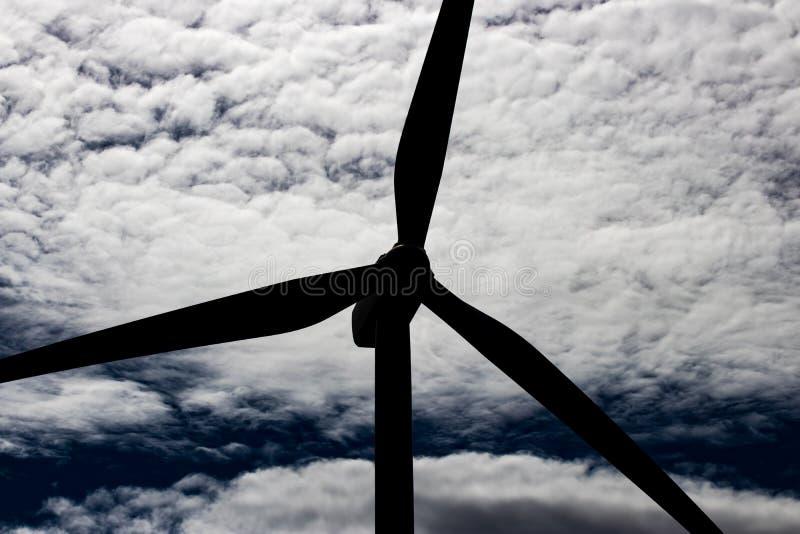 在绵延山的绿色能承受的能量风车力量涡轮电发电器有云彩和蓝天的 库存图片