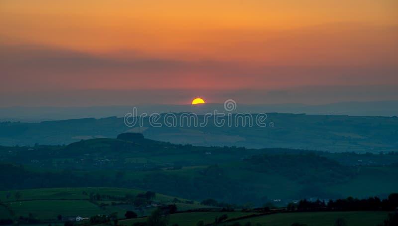 在绵延山,博伊斯,威尔士的日落 免版税库存图片