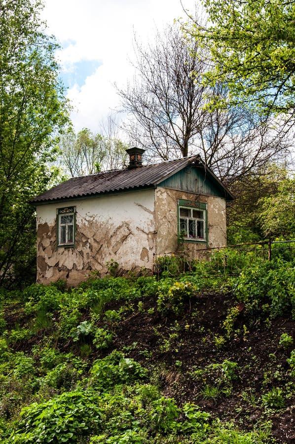 在绿叶中丛林的老被放弃的房子  免版税库存图片