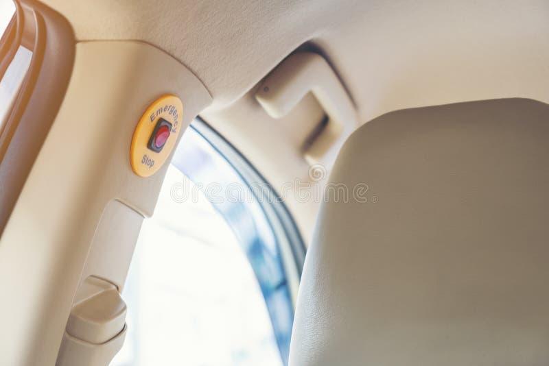 在绿灯出租汽车的紧急刹车按钮安全乘客的  免版税图库摄影
