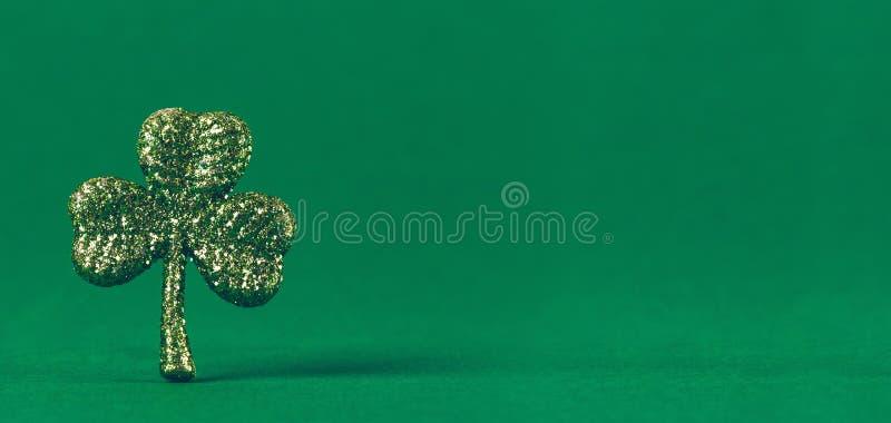 在绿皮书背景的闪烁三叶草 St帕特里克斯天symb 免版税库存照片