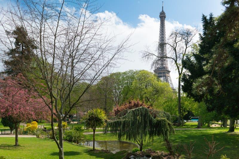 在绿色公园附近的埃菲尔铁塔在巴黎 免版税库存照片