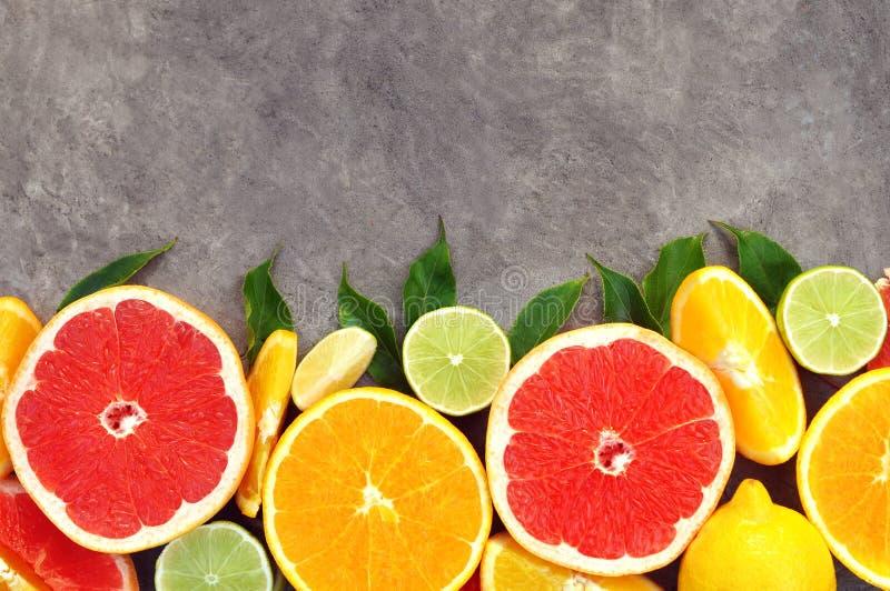 在绿色叶子背景的新鲜的成熟甜柑橘水果 库存图片