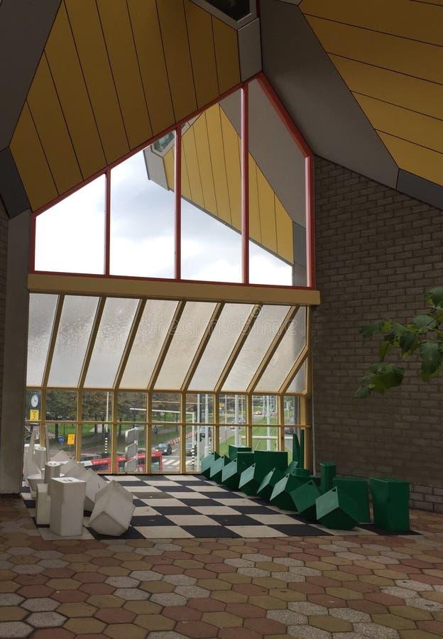 在绿色和白色的巨型下棋比赛在立方体房子博物馆里面 库存图片