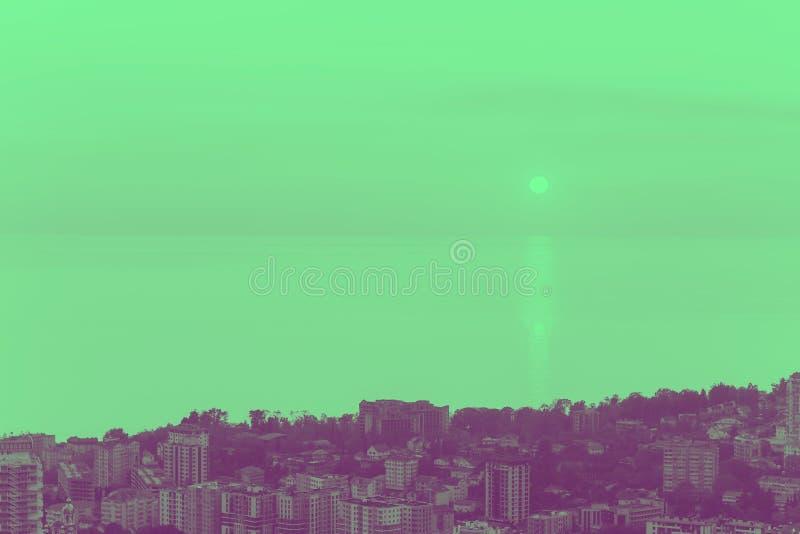 在绿色和紫罗兰色定调子的城市视图 免版税库存图片