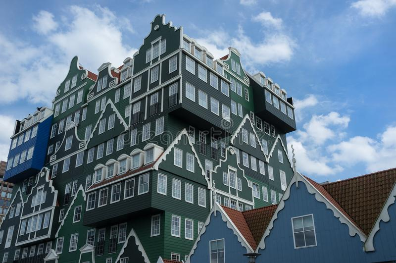 在绿色和蓝色上色的美丽的大厦与大白色窗口 免版税库存照片