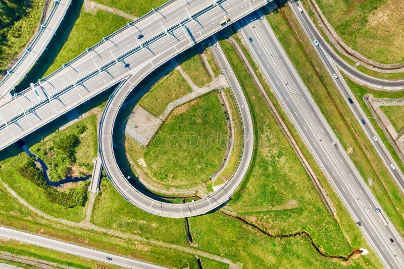 在绿色土地鸟瞰图的大公路交叉点片段 免版税库存照片