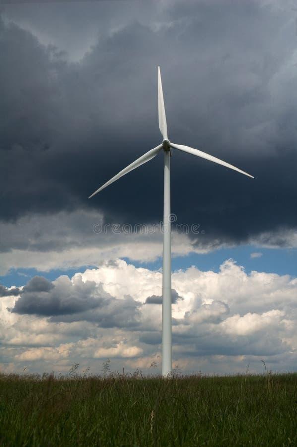 在绿色域的风车 库存照片