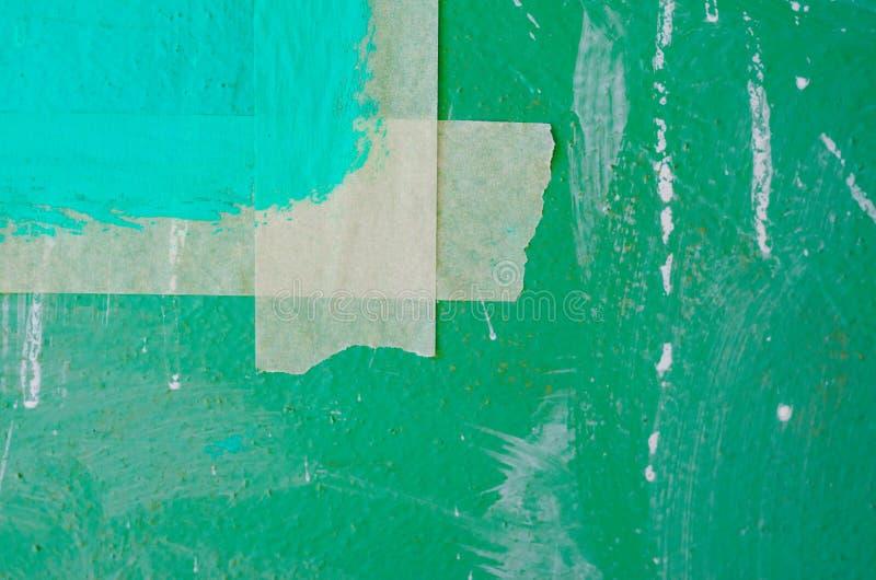 在绿色墙壁上的修稿带 免版税库存照片