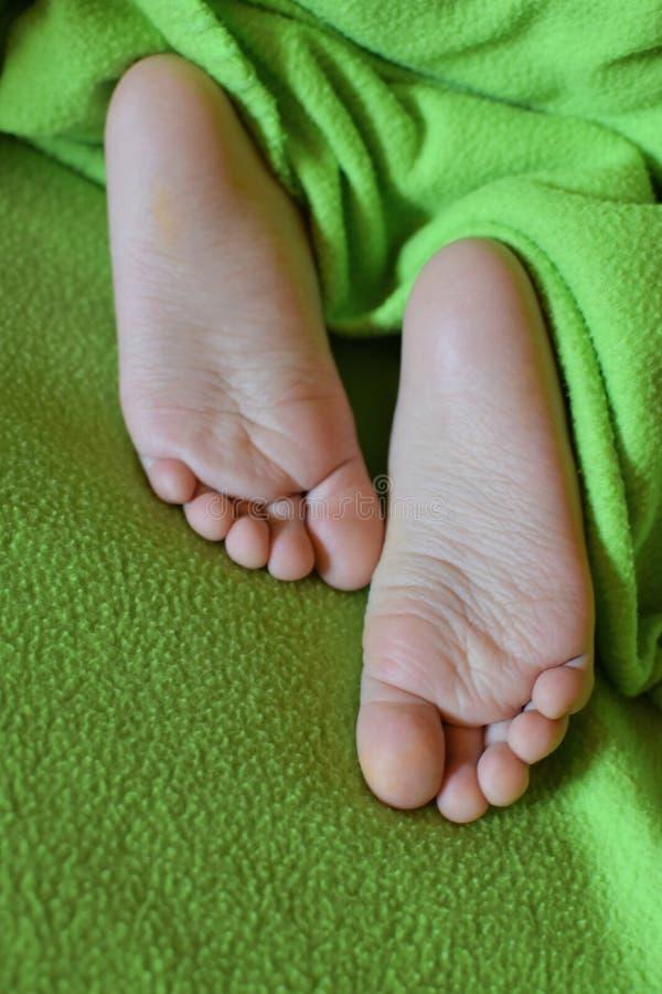 在绿色的儿童赤脚 库存图片