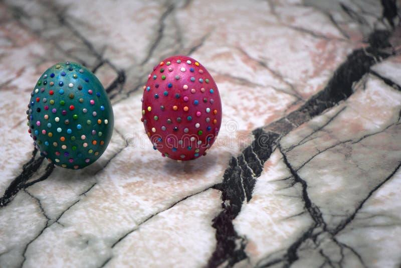 在绿色的复活节标志在与小珠的鸡蛋附近 愉快的假日概念 复活节装饰:与汇集的篮子的绘和deco 库存图片