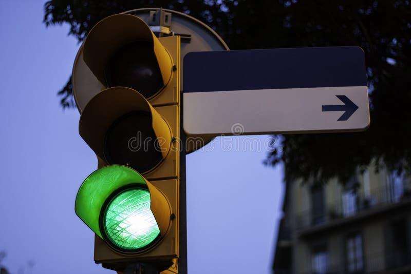 在绿色的红灯与拷贝空间的空的路牌 库存图片