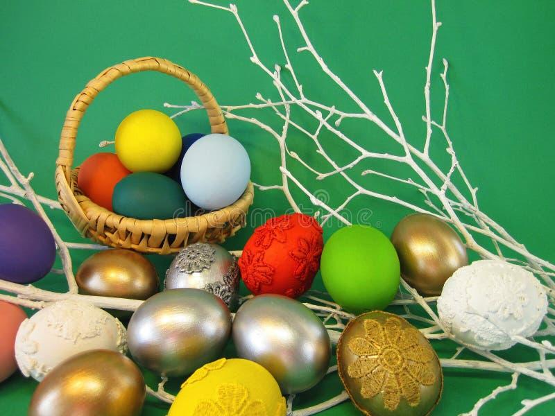 在绿色背景的五颜六色的复活节彩蛋 库存图片